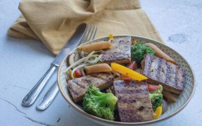 Wok met gegrilde tofu en peulvruchtenpasta