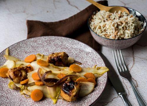 Pikante kip met gewokte witloof en wortelen